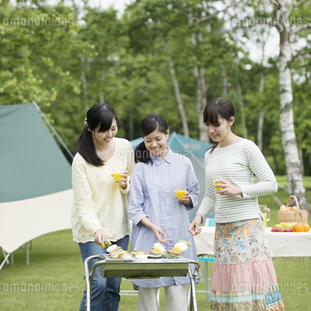 バーベキューをする3人の女性の写真素材 [FYI04550456]