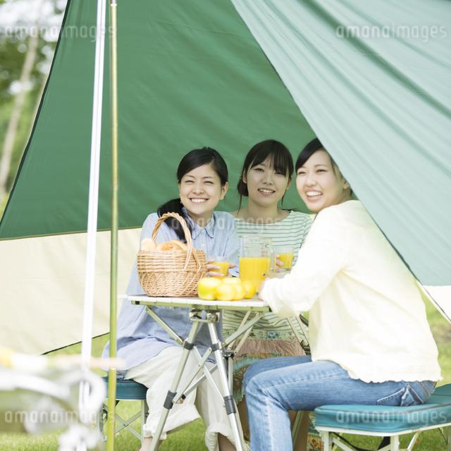 キャンプをする3人の女性の写真素材 [FYI04550472]