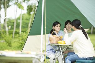 キャンプをする3人の女性の写真素材 [FYI04550473]