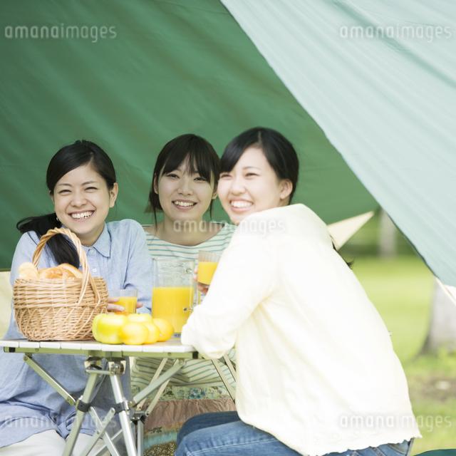 キャンプをする3人の女性の写真素材 [FYI04550476]
