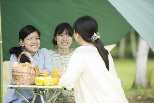 キャンプをする3人の女性の写真素材 [FYI04550478]