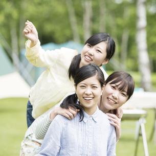 微笑む3人の女性の写真素材 [FYI04550480]
