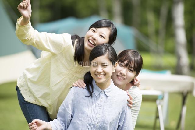 微笑む3人の女性の写真素材 [FYI04550483]