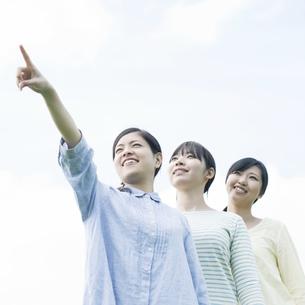 空を見上げる3人の女性の写真素材 [FYI04550489]