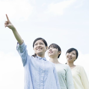 空を見上げる3人の女性の写真素材 [FYI04550494]