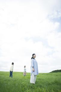 草原に佇む3人の女性の写真素材 [FYI04550498]