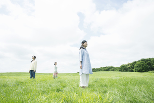 草原に佇む3人の女性の写真素材 [FYI04550504]