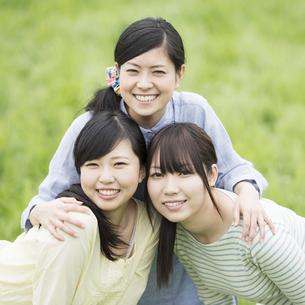 草原で微笑む3人の女性の写真素材 [FYI04550656]