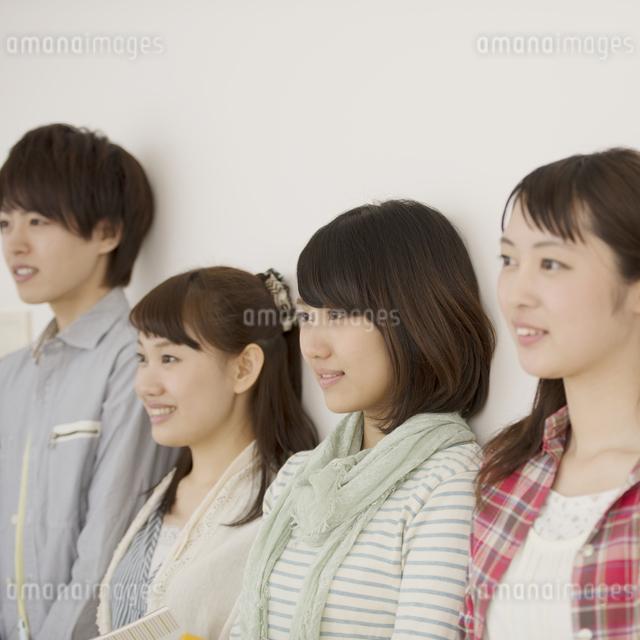 微笑む大学生の横顔の写真素材 [FYI04550685]