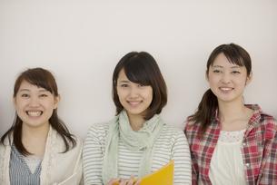 微笑む大学生の写真素材 [FYI04550687]