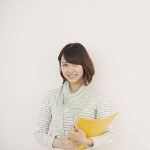 微笑む大学生の写真素材 [FYI04550700]