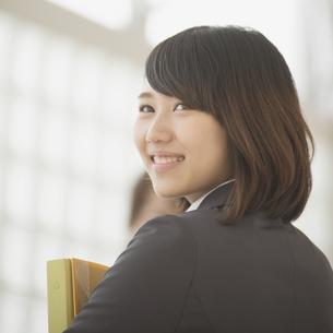 オフィスで微笑むビジネスウーマンの写真素材 [FYI04550752]