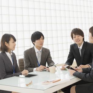 打ち合わせをするビジネスマンとビジネスウーマンの写真素材 [FYI04550793]