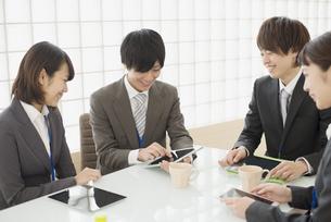 打ち合わせをするビジネスマンとビジネスウーマンの写真素材 [FYI04550799]