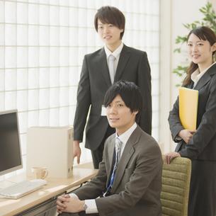 オフィスで微笑むビジネスマンとビジネスウーマンの写真素材 [FYI04550800]