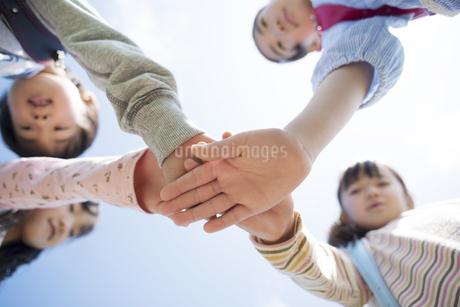 手を合わす小学生の写真素材 [FYI04550941]