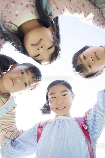 微笑む小学生の写真素材 [FYI04550947]