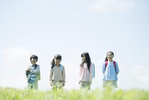 草原で微笑む小学生の写真素材 [FYI04550983]