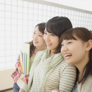 微笑む大学生の写真素材 [FYI04551004]