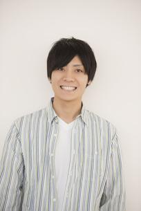 微笑む大学生の写真素材 [FYI04551017]