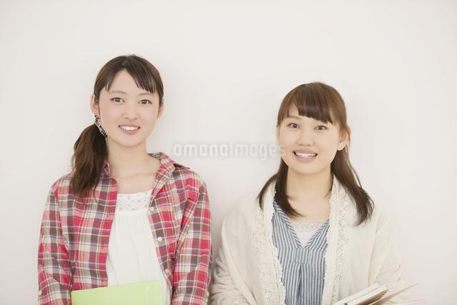 微笑む大学生の写真素材 [FYI04551031]