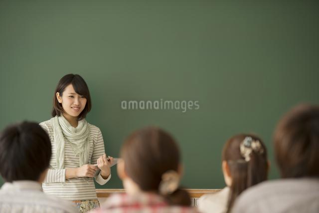 大学生のゼミ風景の写真素材 [FYI04551059]