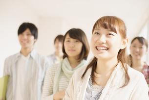 廊下を歩く大学生の写真素材 [FYI04551086]