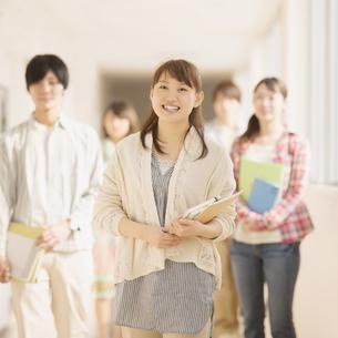 廊下を歩く大学生の写真素材 [FYI04551089]
