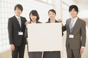 メッセージボードを持つビジネスマンとビジネスウーマンの写真素材 [FYI04551094]