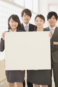 メッセージボードを持つビジネスマンとビジネスウーマンの写真素材 [FYI04551095]