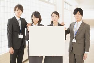 メッセージボードを持つビジネスマンとビジネスウーマンの写真素材 [FYI04551098]