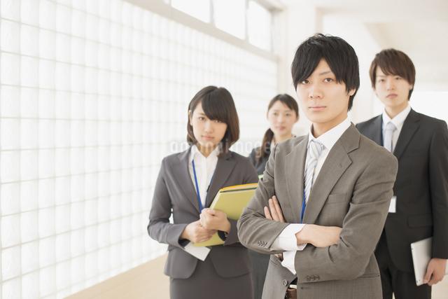 オフィスで真剣な表情をするビジネスマンとビジネスウーマンの写真素材 [FYI04551102]