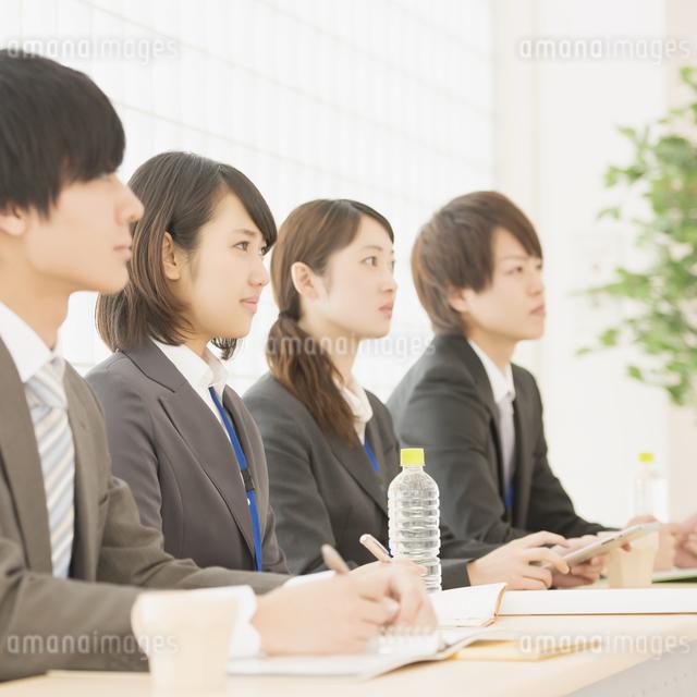 打ち合わせをするビジネスウーマンとビジネスマンの写真素材 [FYI04551137]