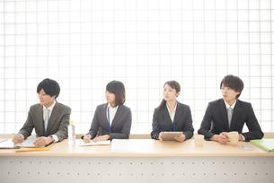 プレゼンを聞くビジネスウーマンとビジネスマンの写真素材 [FYI04551139]