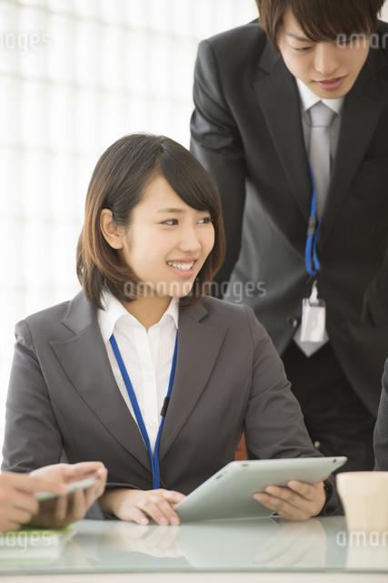 打ち合わせをするビジネスウーマンとビジネスマンの写真素材 [FYI04551144]