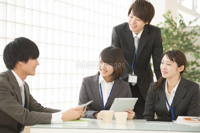 打ち合わせをするビジネスウーマンとビジネスマンの写真素材 [FYI04551149]