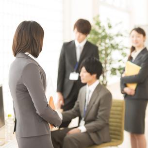 オフィスで話をするビジネスウーマンとビジネスマンの写真素材 [FYI04551164]