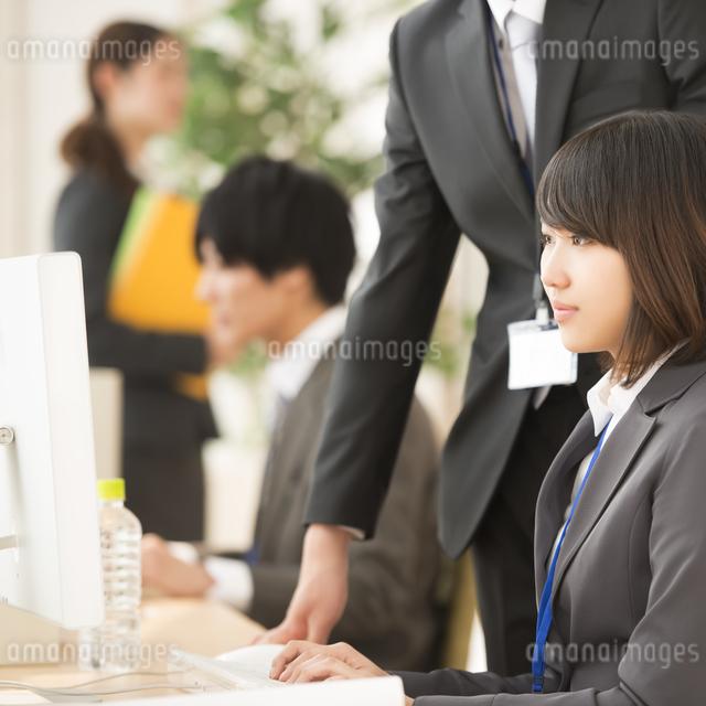 パソコン操作をするビジネスウーマンの写真素材 [FYI04551166]