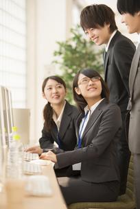 ビジネスマンと話をするビジネスウーマンの写真素材 [FYI04551174]