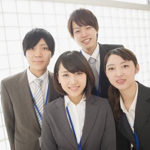 オフィスで微笑むビジネスウーマンとビジネスマンの写真素材 [FYI04551197]