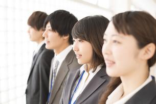 ビジネスウーマンとビジネスマンの横顔の写真素材 [FYI04551199]
