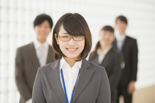 オフィスで微笑むビジネスウーマンとビジネスマンの写真素材 [FYI04551226]