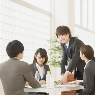 打ち合わせをするビジネスウーマンとビジネスマンの写真素材 [FYI04551245]