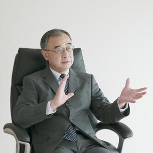 椅子に座るビジネスマンの写真素材 [FYI04551252]