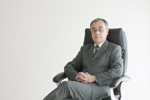 椅子に座るビジネスマンの写真素材 [FYI04551270]