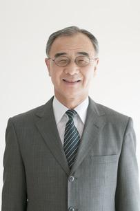 微笑むビジネスマンの写真素材 [FYI04551309]