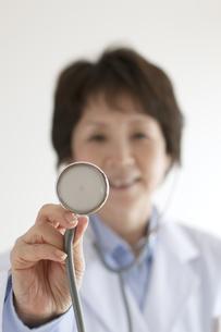 聴診器を持つ女医の手元の写真素材 [FYI04551315]