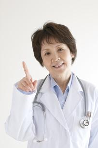 指差しをする女医の写真素材 [FYI04551316]