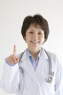 指差しをする女医の写真素材 [FYI04551317]