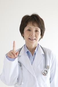 指差しをする女医の写真素材 [FYI04551318]